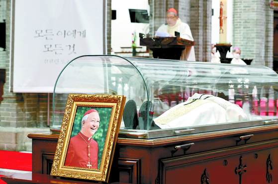 A mass is held at the Myeongdong Cathedral in central Seoul Wednesday morning after Cardinal Nicholas Cheong Jin-suk, a former Catholic archbishop of Seoul, died the previous night at the age of 89. [YONHAP]
