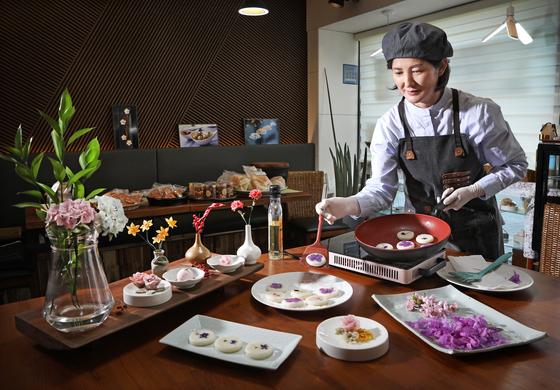 Kim Su-yeong. Korea's first master artisan of tteok (rice cake) craft, makes flower tteok at her Hwajeon Nori tteok craft workshop in Haenggung-dong, Paldal-gu, Suwon, Gyeonggi. [PARK SANG-MOON]