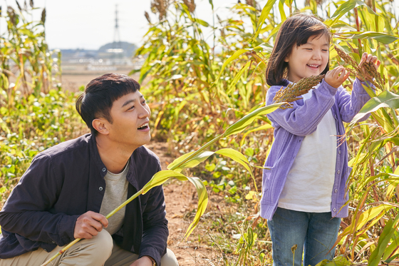 "Actors Jin Goo, left, and Jung Seo-yeon portray Jae-shik and Eun-hye in the upcoming film ""You're So Precious to Me."" [FINE STORY]"