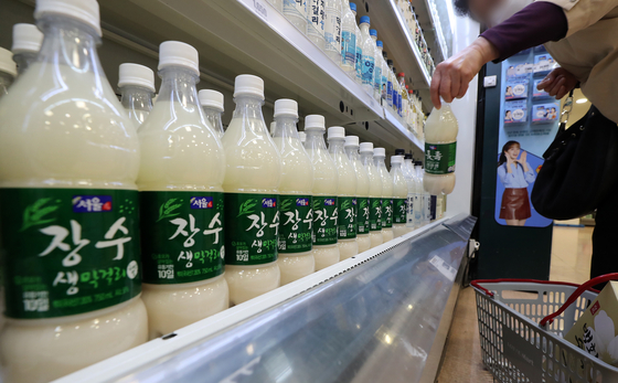 Bottles of makgeolli are displayed at a Seoul spermarket. [NEWS1]