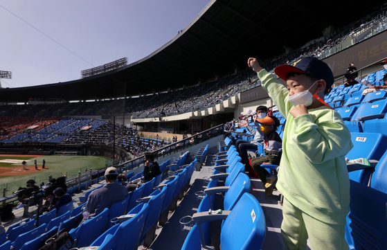 A young fan cheers on the LG Twins as they take on the Doosan Bears in the Jamsil derby at Jamsil Baseball Stadium in southern Seoul on Children's Day. [YONHAP]