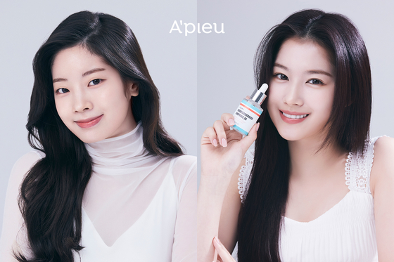 A'pieu's new models Dahyun, left, and Sana from girl group Twice. [ABLE C&C]