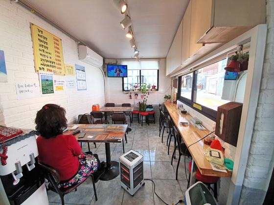 A bunsik restaurant in Jongno District, central Seoul, remains empty amid the coronavirus pandemic. [LEE GA-RAM]