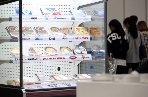 Visitors to Seoul International Seafood Show and Seoul International Home Meal Replacement Show look at a booth in Coex, southern Seoul on Wednesday. [YONHAP]