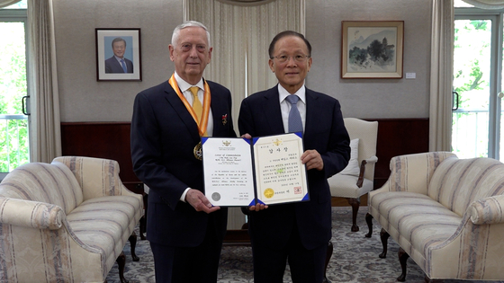 Former U.S. Secretary of Defense James Mattis, left, is presented the 8th Paik Sun-yup ROK-U.S. Alliance Award by Korean Ambassador to the United States Lee Soo-hyuk in a ceremony at the U.S. Embassy in Washington on Tuesday for his contributions towards the bilateral alliance and security of the Korean Peninsula. [JTBC]
