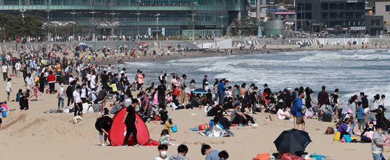 People crowd Haeundae Beach in Busan on Wednesday on a sunny and clear Children's Day.[YONHAP]