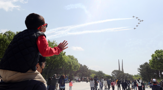 The Black Eagles, the Korean Air Force's acrobatic flight team, perform a fly by over Independence Memorial Hall in Cheonan, South Chungcheong, on Wednesday to celebrate the 99th Children's Day.   [YONHAP]