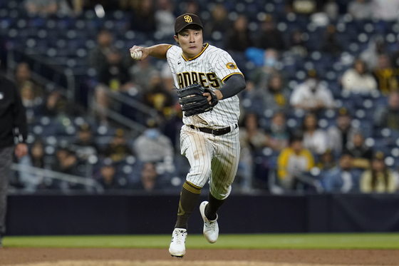 San Diego Padres third baseman Kim Ha-seong throws to first for the out on Pittsburgh Pirates' Todd Frazier during the ninth inning of a baseball game in San Diego on Wednesday. [AP/YONHAP]