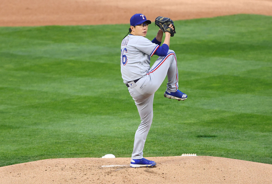 Yang Hyeon-jong of the Texas Rangers pitches in the first inning against the Minnesota Twins at Target Field in Minneapolis, Minnesota on Wednesday. [AFP/YONHAP]