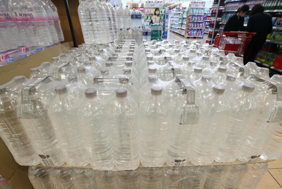 Lotte Mart's private-brand water bottles without labels were on sale at the retailer's Seoul Station branch in Jung District, central Seoul on Thursday. Since Lotte Mart's decision to remove plastic labels in January, sales of the water bottles increased 80 percent on year. [YONHAP]