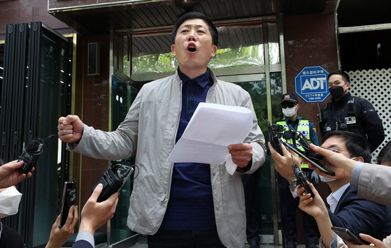 Park Sang-hak, head of Fighters for a Free North Korea, speaks to reporters outside his office Thursday after police raided it in response to the group's claims that it sent anti-Pyongyang leaflets over the inter-Korean border between April 25 and 29. [YONHAP]