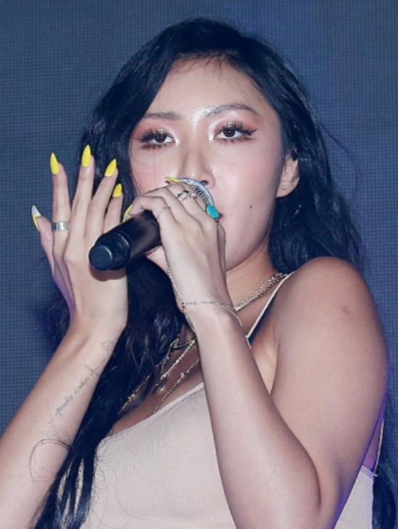 Hwasa of girl group Mamamoo wearing nail extensions. [SCREEN CAPTURE]