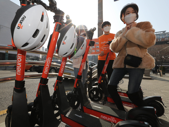 An e-scooter rider wears a helmet. With an amendment to the Road Traffic Act, a 20,000 won fine will be imposed on drivers not wearing a helmet. [YONHAP]