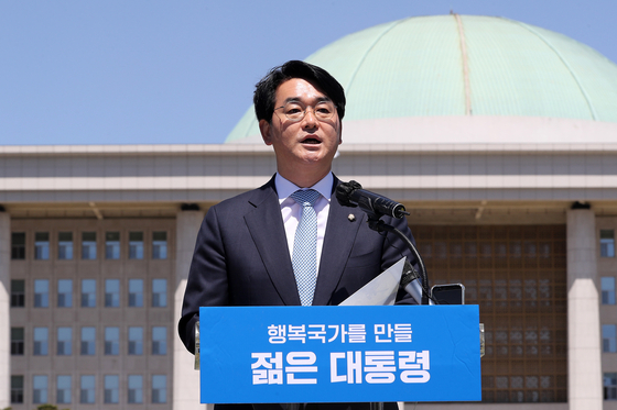 With the backdrop of the National Assembly building in Yeouido, western Seoul, Rep. Park Yong-jin of the ruling Democratic Party on Sunday announces his official bid to run in next year's presidential race. Park became the first politician to officially declare his intention to run in the presidential race. [YONHAP]