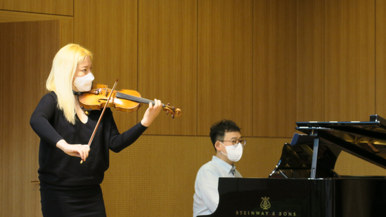 Violinist Cho performs a piece that will be included on her upcoming album to commemorate the 100th anniversary of French composer Camille Saint-Saens' death on May 4 at the Cosmos Hall in southern Seoul. [BOM ARTS PROJECT]