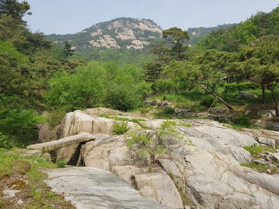 The restored Suseongdong Valley at the foot of Mount Inwang [JOONGANG PHOTO]