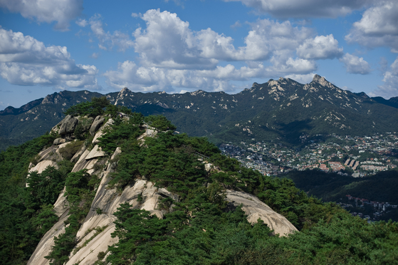 A view of Mount Inwang in central Seoul on a clear day. [JOONGANG PHOTO]