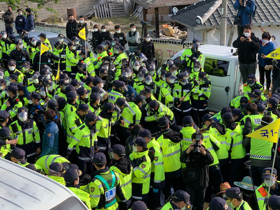 Residents of Seongju County in North Gyeongsang clash with police on April 28 as they block a road as the military tries to deliver equipment to the Thaad base. [KIM JUNG-SEOK]