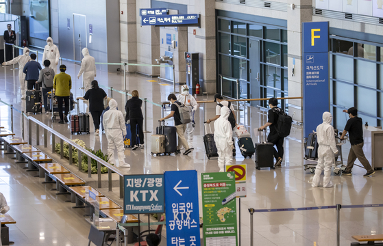 A third plane from New Delhi, India, carrying 164 South Korean business officials, arrives at the Incheon International Airport on Sunday. Korea has flown two other special flights out of the virus-ravaged country in recent days — one from Chennai carrying 172 Korean residents and another from Bengaluru with 203 people aboard. [YONHAP]