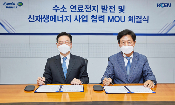 Song Myung-joon, senior executive vice president at Hyundai Oilbank, left, and Bae Young-jin, executive vice president at Korea South-East Power. [HYUNDAI OILBANK]