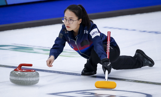 Korea skip Kim Eun-jung makes a shot against the Czech Republic at the 2021 Women's Curling World Championships in Calgary, Canada on Friday. [AP/YONHAP]