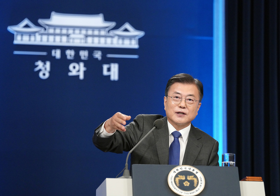 President Moon Jae-in responds to a reporter on Monday at a Blue House press conference. Moon gave a speech Monday morning to mark four years in office and held a question and answer session.  [NEWS1]