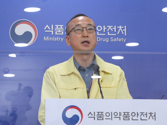 Kim Sang-bong, a senior officer in charge of new medicine at the Ministry of Food and Drug Safety, speaks at the ministry in Cheongju, North Chungcheong, on Monday. An advisory panel of experts said that the Covid-19 vaccine by U.S. pharmaceutical company Moderna Inc. showed more than a 94 percent efficacy rate and is eligible for use, according to Kim. [YONHAP]