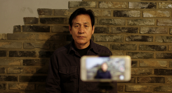 Chae-geun records a public confession that he was one of the perpetrators during the Gwangju Uprising and sincerely apologizes to the victims and the families of the deceased. [ATNINE FILM]