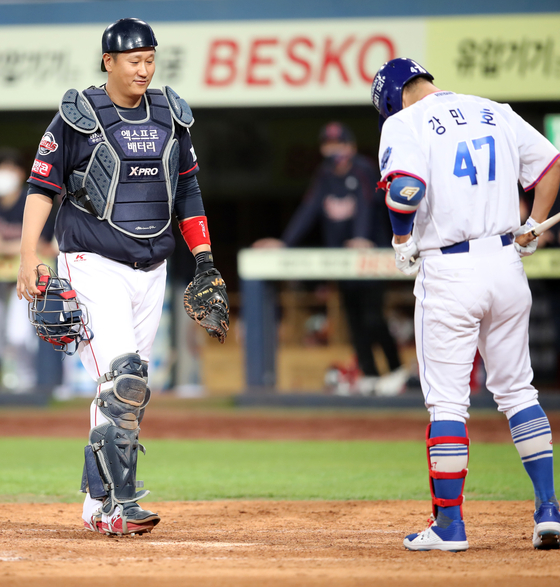 Lee Dae-ho of the Lotte Giants debuts as catcher in the ninth inning against the Samsung Lions at Daegu Samsung Lions Park in Daegu on Saturday. [NEWS1]