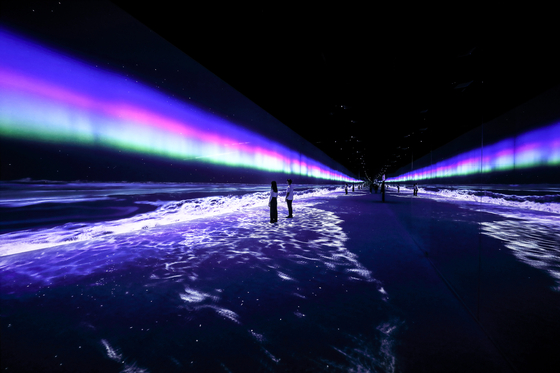 Media artwork ″Wave″ at the Arte Museum conjures up the image of a beach at night against a colorful sky. [D'STRICT]