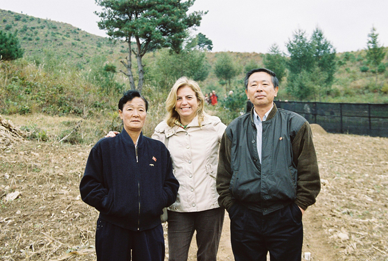 In 2002, as a delegation of the European Union, Ambassador Castillo-Fernandez visited North Korea for the EU's food security project for rural communities. [EU DELEGATION IN SEOUL]