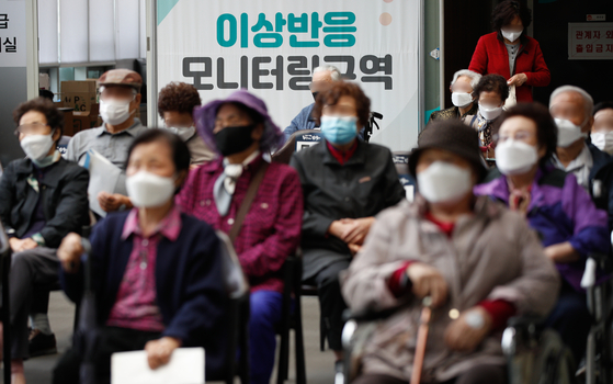 Senior citizens wait for any possible adverse reactions after receiving Pfizer shots at a Covid-19 vaccination center in Seongbuk District, central Seoul, on Tuesday. [NEWS1]