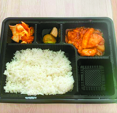 A photo of the meal posted on Facebook in April by a Korean soldier who says he was served with while being quarantined for two weeks after he returned from a vacation. [YONHAP]