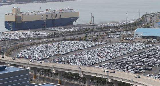 Automobiles for export at a dock in Ulsan on April 1. Car exports in the first 10 days of May surged more than 300 percent. [YONHAP]