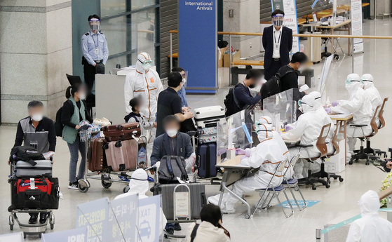 A group of some 170 Koreans arrive from India, a virus hotspot, on a special fl ight Tuesday morning at Incheon International Airport. [NEWS1]