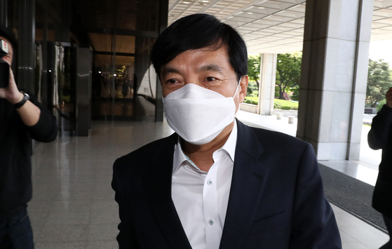 Lee Sung-yoon, head of the Seoul Central District Prosecutors' Office, arrives for work on Tuesday.  [NEWS1]