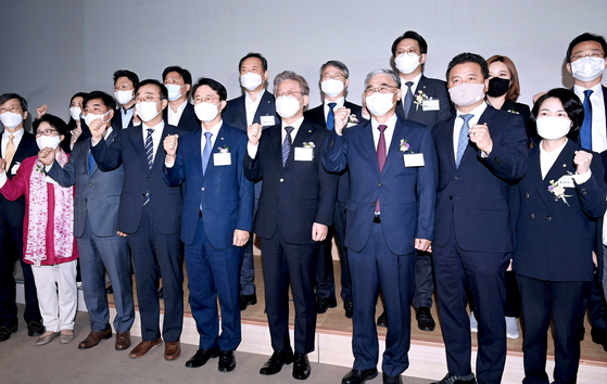 """Gyeonggi Gov. Lee Jae-myung, center, launches a forum called """"Democratic Peace Plaza"""" with its initial members at the Seoul Media Institute of Technology in Mapo District, western Seoul, on Wednesday. The launching ceremony brought together about 30 incumbent Democratic Party (DP) legislators and a hoard of other mainstream party members close to former party leader Lee Hae-chan, practically commanding the endorsement from the influential ex-leader. The governor, who is leading on opinion polls among presidential hopefuls from the ruling camp, has yet to officially declare his presidential bid, but competition to secure crucial backing from within the party has already begun among the DP presidential hopefuls well before the primary elections set to begin in late June. [OH JONG-TAEK]"""