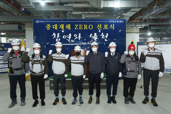 Choi Koang-ho, CEO of Hanwha Engineering & Construction (fourth from the left), declares to keep the fatal accident rate in workplaces at zero. [HANWHA ENGINEERING & CONSTRUCTION]