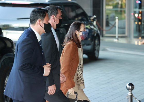 U.S. Director of National Intelligence Avril Haines, escorted by bodyguards, enters a hotel in central Seoul Wednesday after flying in from Tokyo earlier that day. [YONHAP]