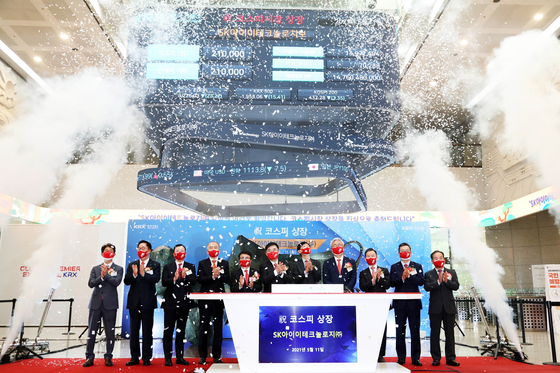 Executives including SK ie technology CEO Roh Jae-sok, fifth from right, and SK Innovation CEO Kim Jun, fourth from right, celebrate the listing of the battery separator manufacturer on Tuesday at the Korea Exchange in Yeouido, western Seoul. [SK IE TECHNOLOGY]