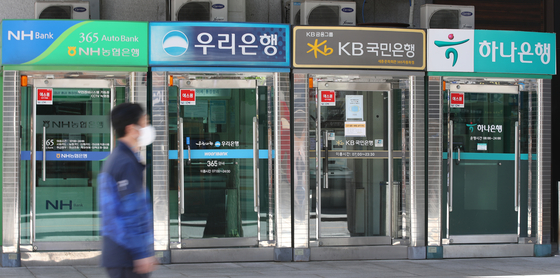 Major banks ATM machine in Jongro in Seoul in May. Fresh loans borrowed in April saw a surge largely contributed by IPO hype. [YONHAP]
