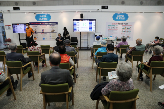 Senior citizens wait for any possible adverse reactions after receiving Pfizer shots at a Covid-19 vaccination center in Yongsan District, central Seoul, on Thursday. Reservations for people aged 60 to 64 opened Thursday, as well as for first and second grade teachers and teachers at day care centers and kindergartens. [NEWS1]