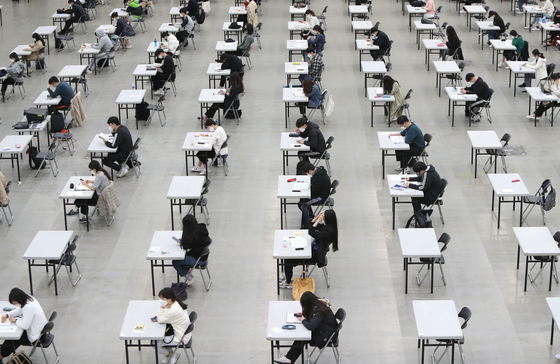Those applying for jobs at the Daegu Metropolitan Transit Corporation taking an exam at a convention center in Daegu while social dsitancing on May 2. Number of jobs in April saw the biggest increase in six years. [YONHAP]