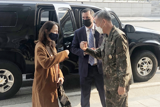 U.S. Director of National Intelligence Avril Haines, left, bumps fists with Maj. Gen. Lee Young-choul, head of the Defense Intelligence Agency, at the agency's headquarters in Yongsan District, central Seoul, Thursday afternoon. [YONHAP]