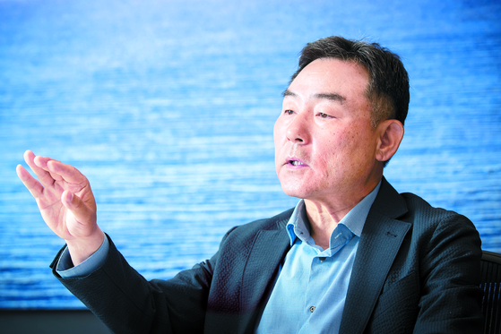 """Byeon Yang-ho, former director of financial policy for the Ministry of Finance, speaks about a book he wrote, """"Economic Policy Agenda 2022,"""" to suggest a new direction for the Korean economy in an interview with the JoongAng Sunday on May 6. [JUN MIN-KYU]"""