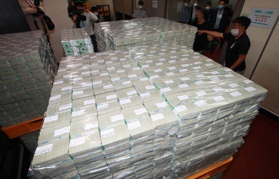 Bank of Korea officials deliver cash ahead of Korea's Chuseok holiday last September. [YONHAP]