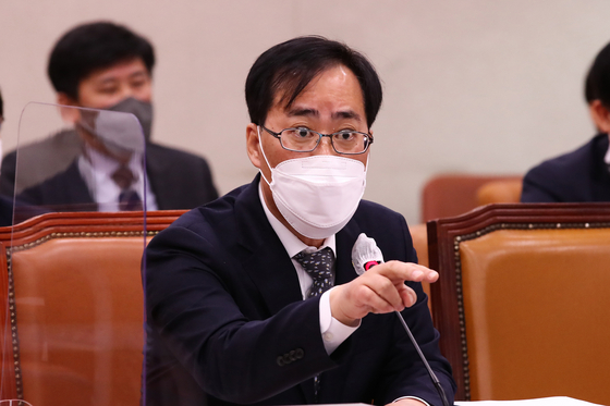 Park Jun-young, President Moon Jae-in's pick to head the Ministry of Oceans and Fisheries, answers a lawmaker during his confirmation hearing at the National Assembly on May 4. Park announced Thursday that he was giving up the nomination.  [NEWS1]