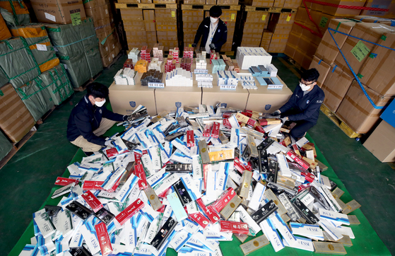 Korea Customs Service (KCS) displays smuggled tobacco products at its storage in Incheon on Thursday. The KCS said it has caught 41 people who smuggled 1.79 million packs of cigarettes worth about 7.2 billion won ($6.4 million) during the first quarter of the year. [NEW1]