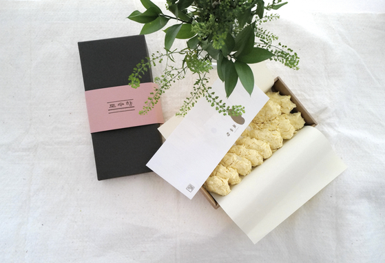 A box of injeolmi, a type of tteok (rice cake), is offered at Dosuhyang. [DOSUHYANG]