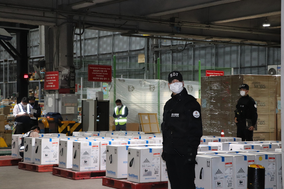 A shipment of 438,000 doses of Pfizer's Covid-19 vaccine, enough to inoculate 219,000 people, arrived at Incheon International Airport at around 1:30 a.m. Wednesday. [YONHAP]